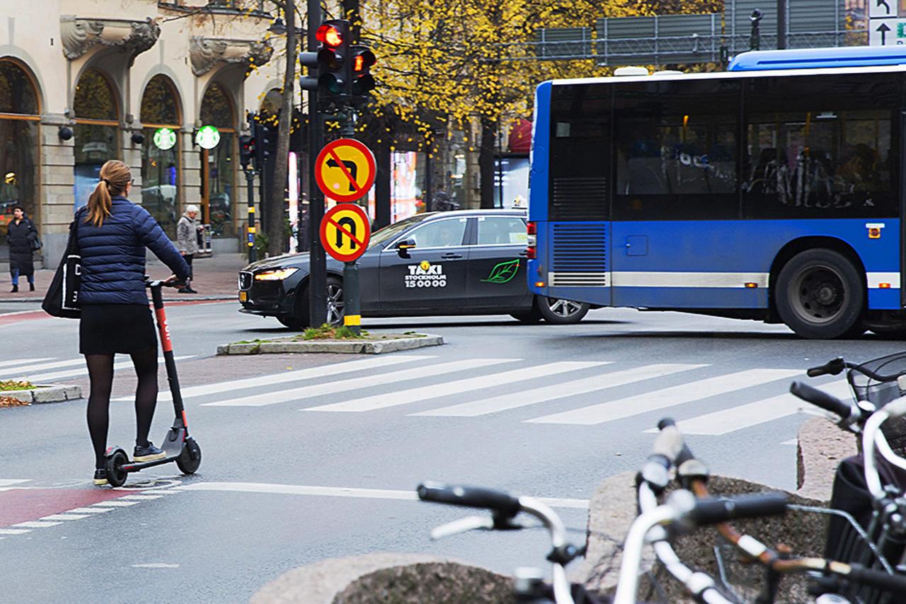 Taxi, Buss och elsparkcykel.